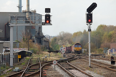 EWS 66122 with a container train approaching Leamington Spa.