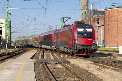 1116 220 arrives at Györ with Railjet service 41 from Wien to Budapest-Keleti. Friday 26th April 2013.