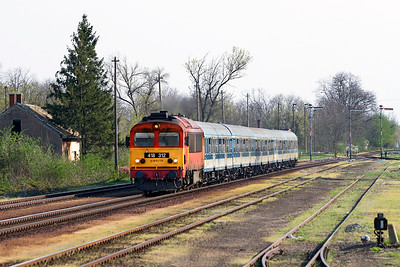 418 312 powers through Gyömöre with train 9203 15.07 Szombathley to Budapest-Keleti. Monday 22nd April 2013.
