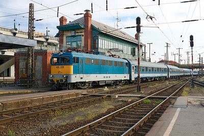 431 229 arrives at Budapest-Nyugati past the signalbox with IC709 from Szeged. Monday 22nd April 2013.