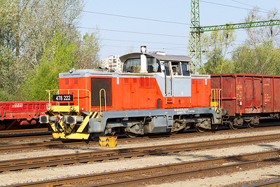 478 222 waits to depart to the east from the yard at Tatabánya with empty open wagons. Thursday 25th April 2013.