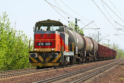 478 305 heads a trip freight past Szöny heading for Komáron. Thursday 25th April 2013.