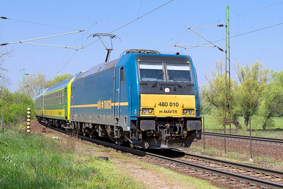 480 010 rounds the curve at Szöny with the 09.00 Szombathely to Budapest-Keleti fast dervice. Thursday 25th April 2013.