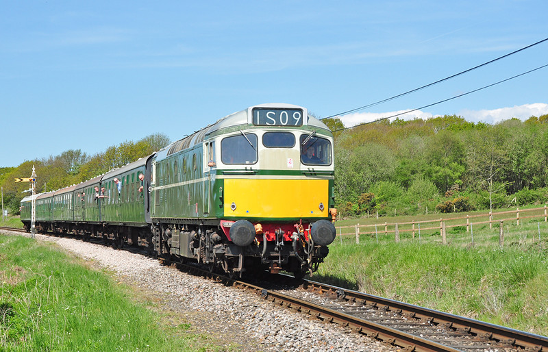 D5401 (27056) is seen on the approach to Quarr farm crossing in stunning conditions. Nice to see this former Scottish region stalwart in the South of England.
