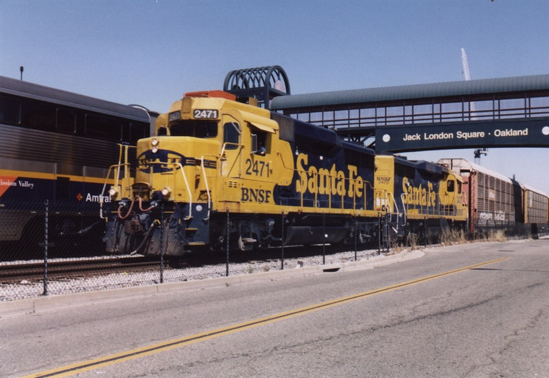 A BNSF transfer freight rolls through with a pair of consecutively numbered GP30's, 2471 and 2470.