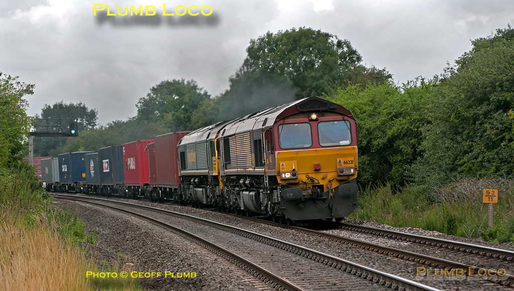 An unusual combination of motive power - DBS 66221 leads Freightliner 66558 at the head of 4O09, normally a Freightliner working, 10:17 Trafford Park to Southampton, as it approaches the foot-crossing at Wormleighton at 15:37 on Thursday 21st July 2011. Digital Image No. GMPI9817.