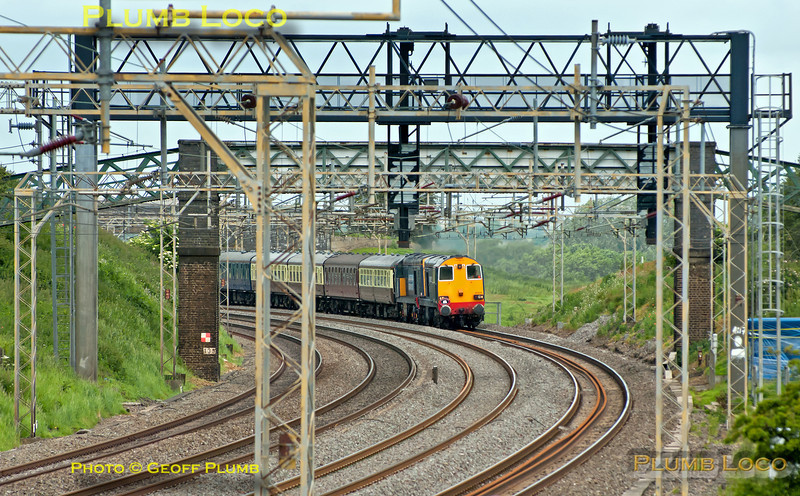 """DRS Class 20/3s Nos. 20309 and 20312 head 1Z42 south along the WCML at Old Linslade, 06:40 from Whitchurch (Shropshire) to Canterbury West excursion, carrying the """"Cheshire Cat"""" headboard. 10:37, Saturday 16th June 2012. Digital Image No. GMPI12198."""