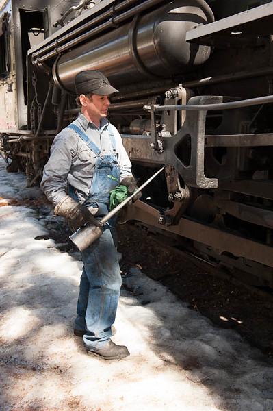 Engineer Joe Dailey Oiling #478 at Cascade