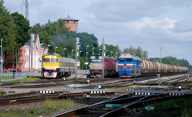 Full house at Krustpils station. A Soviet-era unit is leaving for Daugavpils on its journey from Riga. In the centre is one of Latvia railway's rebuilds (under supervision by CZ Loko) from the frames up of  a twin section Soviet-era 2M62Us locomotives. Then on the right the same 2TE116 hauled freight as in the picture above.