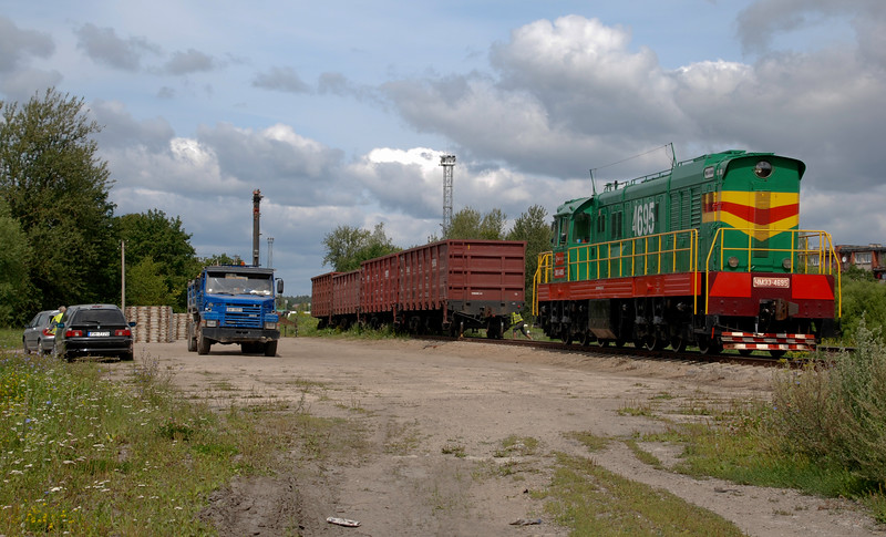 Seems like there is plenty to keep this well turned out standard issue Soviet heavy shunter occupied in serving the various sidings. Here it is getting ready to take out wagons from sidings adjacent to the Daugavpils line just east of the station, from which concrete panels have just been unloaded.