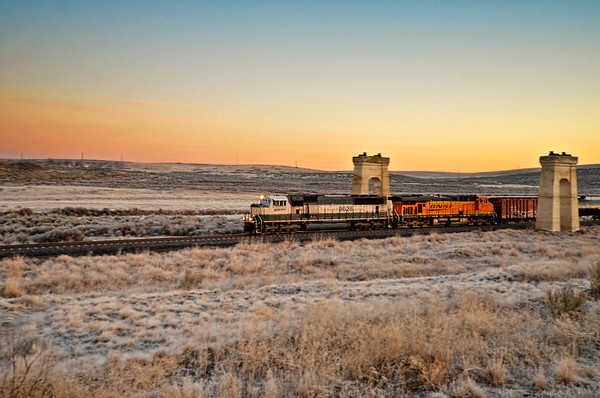 SD70MAC generally used as a coal-hauler out of Wyoming leads a westbound mixed freight out of Lind
