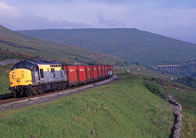 37140 approaches Dent with the Gascoigne Wood-Carlisle coal train on 30/5/98.