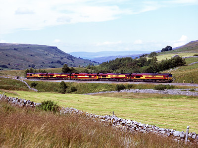 A Sunday loco convoy passes Ais Gill on 27/7/08: 66129, 66014, 60031, 66152, 66193.