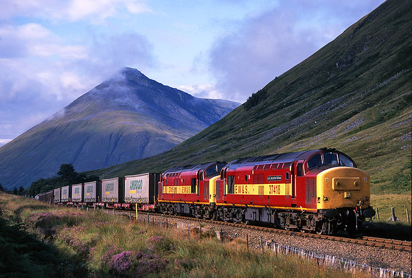 37418+37415 seen at County March summit on 7O60 the 15.00hrs Fort William - Mossend<br /> 28/8/2000
