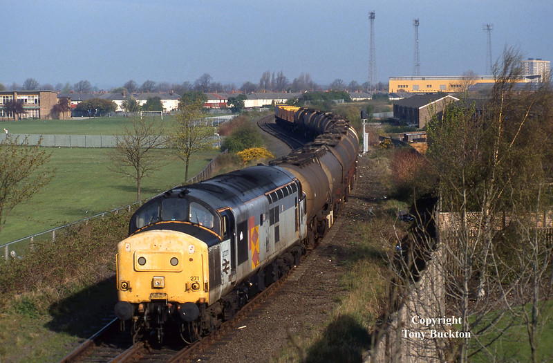 The scruffy Railfreight Distribution livery carried by 37271 makes for something a little less ordinary on the morning of April 22nd 1994 as she descends from the high level docks branch at Hessle Road Jnc, Hull, with the 6V14 Saltend - Baglan Bay acetic acid tanks.