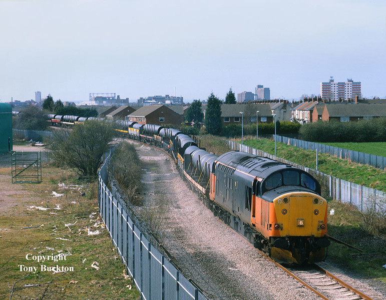 Monday 20th March 2000 saw a consignment of pipes from Stanton running as 6Z71 09:33 Toton - Hull King George Dock. 37516 is about to pass onto ABP property at Southcoates lane, Hull at 13:15.