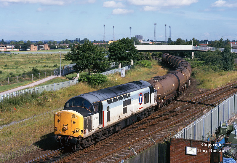37701 brings the 6M62 08:45 Hull Saltend - Healey Mills off the Hull Docks branch at Hessle Road Jnc on the morning of Tuesday 29th June 1999. The acetic acid tanks would lay over at Healey Mills before continuing to Mostyn Dock later that evening.