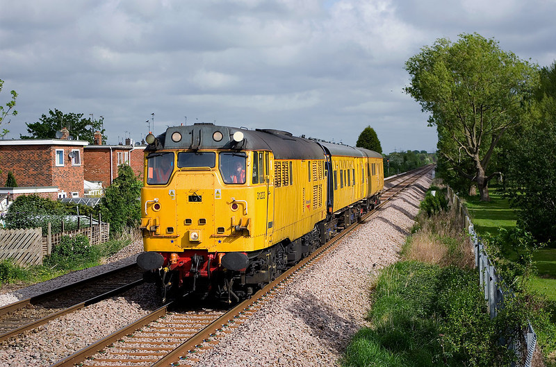 31233 passes Hotham Road, between Cottingham and Hull, at 08:54 on the 12th May 2009, with the 2Q08 Doncaster - Leeds - Harrogate - York - Doncaster Network Rail inspection train.