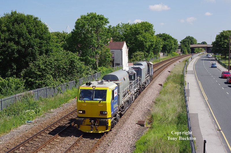 Weedkiller MPV DR90595 passes Selby Street, Hull, running as the 05:45 York Thrall Europa - Yoprk Thrall Europa on the 16th June 2015.