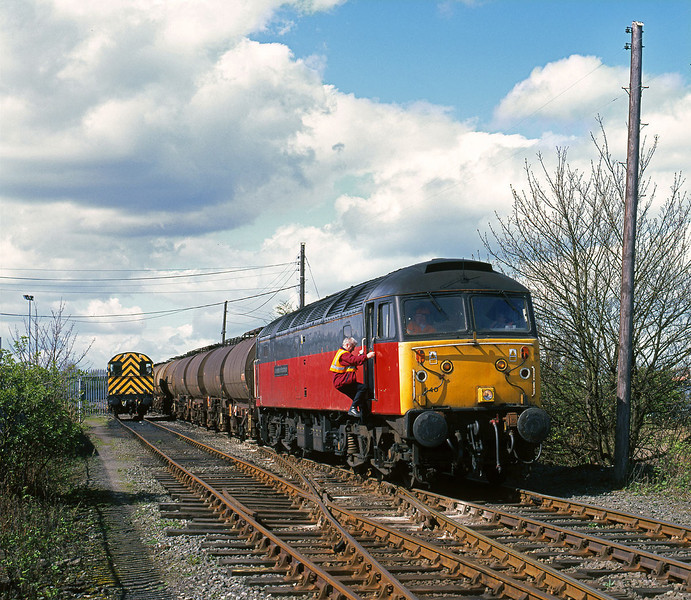 On Saturday 10th April 1999, the 6E33 Baglan Bay - Saltend turned up at Hull King George Dock around 6 hours late behind 47640. Seen here departing from the EWS train office for the final part of its journey over ABP property at 12:20.