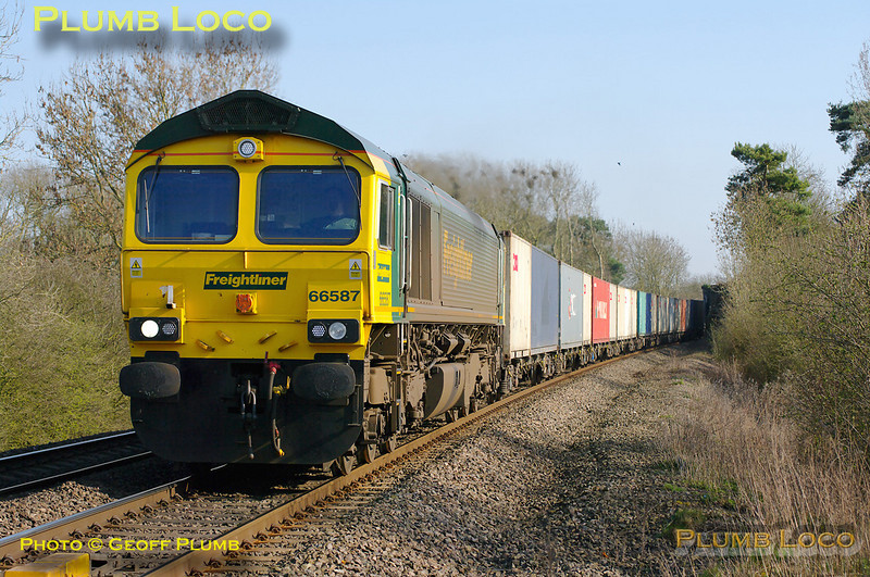 66587 at the foot-crossing at Wormleighton with 4M61, the 12:55 Southampton to Trafford Park freightliner, 15:30, Wednesday 23rd March 2011. Digital Image No. GMPI8278.