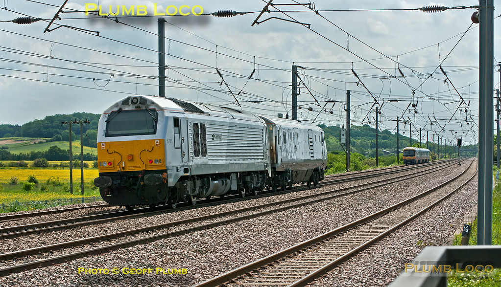 Running on the up fast line, 82304 and 67015 are rapidly overhauling a FCC 365 unit on the up slow line as they approach Sandy on the ECML. The Chiltern duo were working back from Wabtec Doncaster, though it seems they were stabled overnight at Peterborough before continuing as 5Z67, 12:30 to Wembley LMD. 13:14, Wednesday 30th May 2012. Digital Image No. GMPI12151.