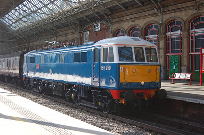 "I just happened to be on Preston Station on Saturday 2nd March when the 1Z86 Euston to Carlisle leg of the Winter Cumbrian Mountain Express, hauled by 86259 ""Les Ross"",called."