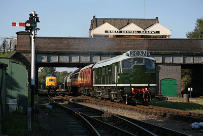 D5185 departs Loughborough as 55019 waits in the station loop for its next duty. 12/9/09