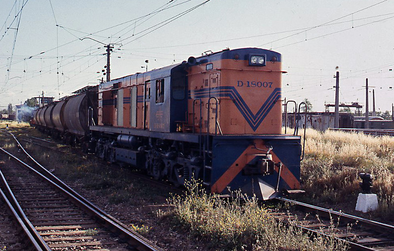 D-18007 is also engaged in shunting cement wagons at Alameda, cement traffic being a major commodity for EFE at the time.