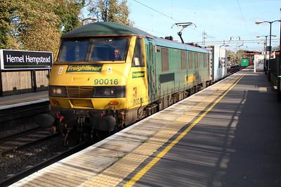 90016 1411/4m88 Felixstowe-Crewe passes Hemel Hempstead 30/11/13.