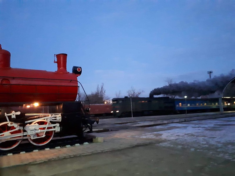 Mobile air quality breach alert heads the Bucharest sleeper out of Chisinau a few days later. Acrid trail of clag hung over the whole station for a while. No wonder Moldovan railways is buying some new locos. A plinthed steam loco in Moldavan national colours is on the left.