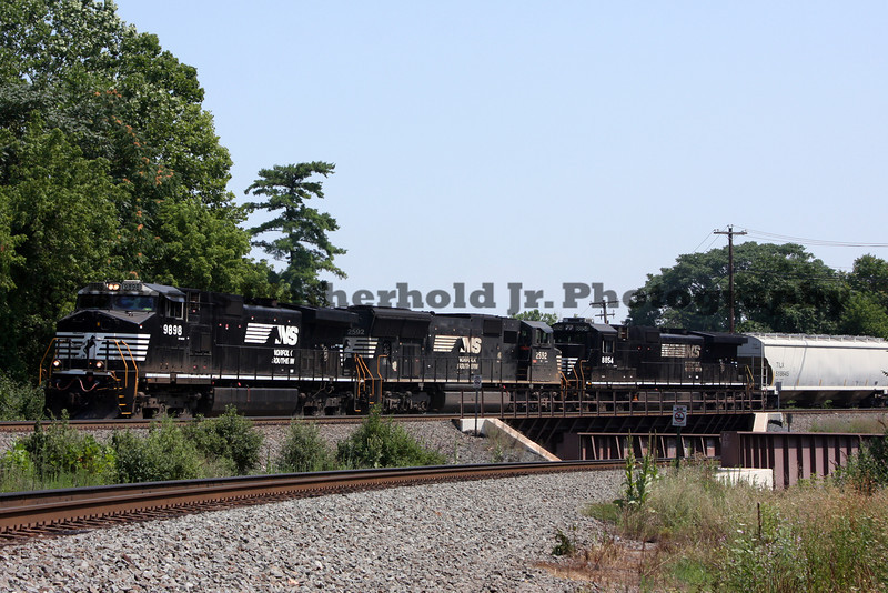 NS 19G with 9898 in the lead pulls up to CP Burn in Allentown, PA