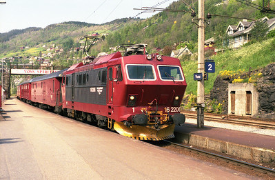 The 10.20 Bergen-Oslo arrives at Voss behind 16.2206 on 31/5/95.