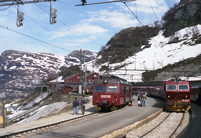 A busy scene at Myrdal as Oslo-Bergen express trains cross and connect into the Flåm branch which slopes alarmingly away to the left. 31/5/95.
