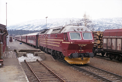 4.654 is seen at Grong with the 08.30 Trondheim-Bodø 19/4/96.