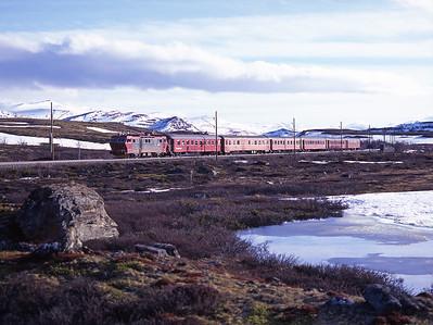 16.2208 hauls the 14.30 Oslo-Trondheim near Hjerkinn 29/5/97.