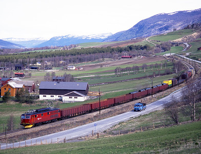 A second shot of 147.2174 on a southbound freight near Dovre 30/5/97.