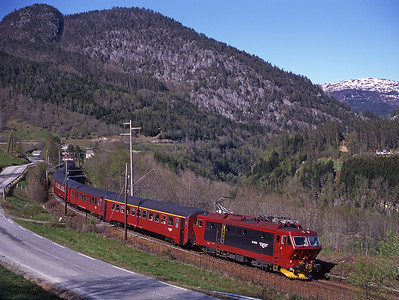16.2208 passes Ygre near Voss with train 601 the 10.48 Oslo-Bergen 25/5/97