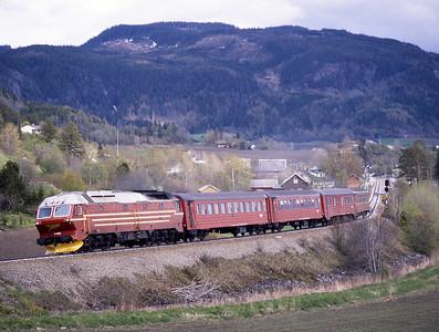 4.652 passes Skatval with train 457 the 15.20 Trondheim-Mo i Rana 29/5/97.