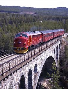 3.625 hurries over Jora Bru with train 351 the 12.25 Dombås-Åndalsnes 28/5/97.