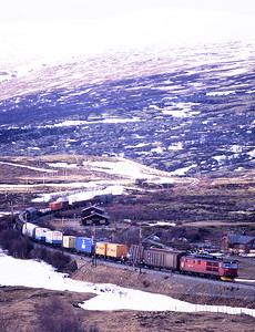 A southbound freight nears Hjerkinn hauled by an unidentified El 14 loco on 29/5/97.