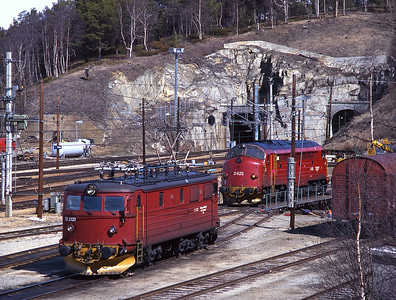A scene from Dombås station.  3.625 has just been turned on the turntable to allow it to return to Åndalsnes with no. 1 cab leading (without grills) whilst veteran electric loco 13.2132 is stabled, 28/5/97.