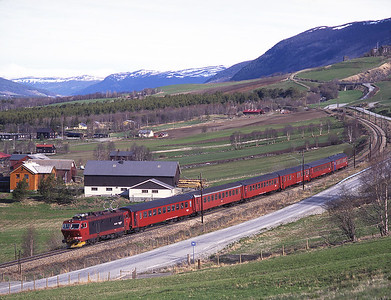 16.2214 rolls downhill into Dovre with train 344 the 08.03 Dombås-Oslo, 30/5/97.