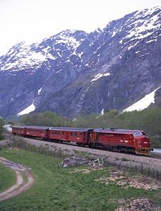 3.633 hauls train 354 at Romsdalshorn 28/5/97.