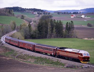 Train 458 the 08.10 Mo i Rana-Trondheim approaches Skatval behind 4.652, 29/5/97.