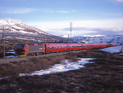 At 20.44 on 29/5/97 train 43 the 16.05 Oslo-Trondheim is seen near the highest point of the Dovrebane at Hjerkinn hauled by 17.2229.  This is around 3,000 feet above sea level.