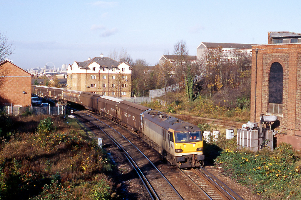 Shortly after returning from Japan I went to Nunhead one morning for the 6B33 Wembley to Dollands Moor vans, 92017 was in charge on November 11th. Ironically I was joined by a Korean railfan!