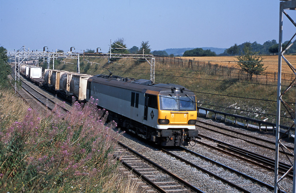 Still at Cow Roast and 92041 Vaughan Williams on a lengthy 6M66 Mossend to Wembley