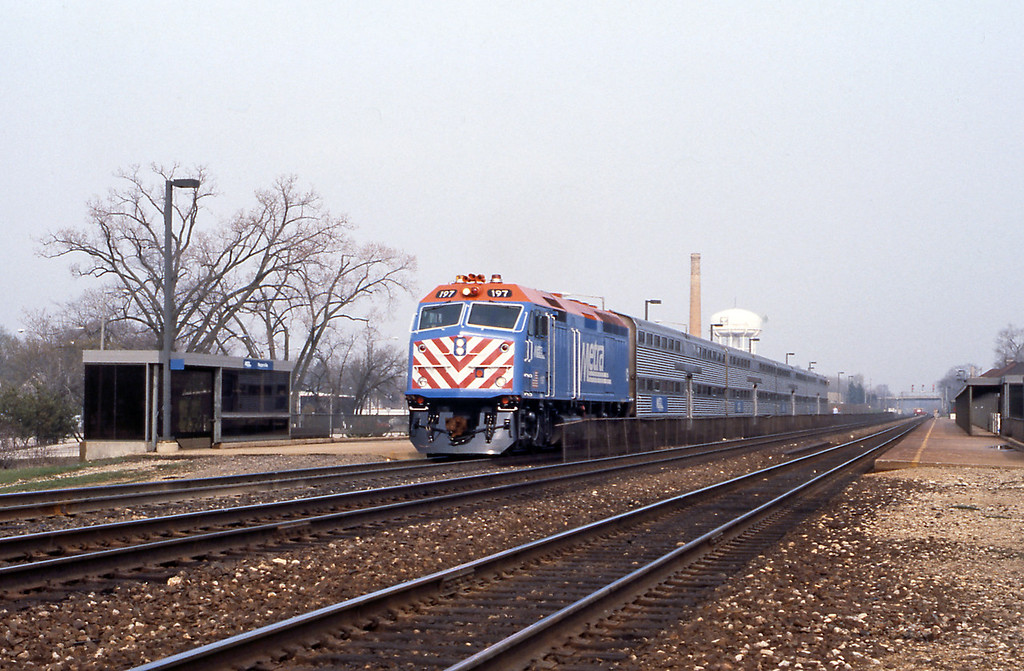 Back at Naperville new F40PHM on an Aurora service, the F40s replaced the venerable Burlington Northern E units.