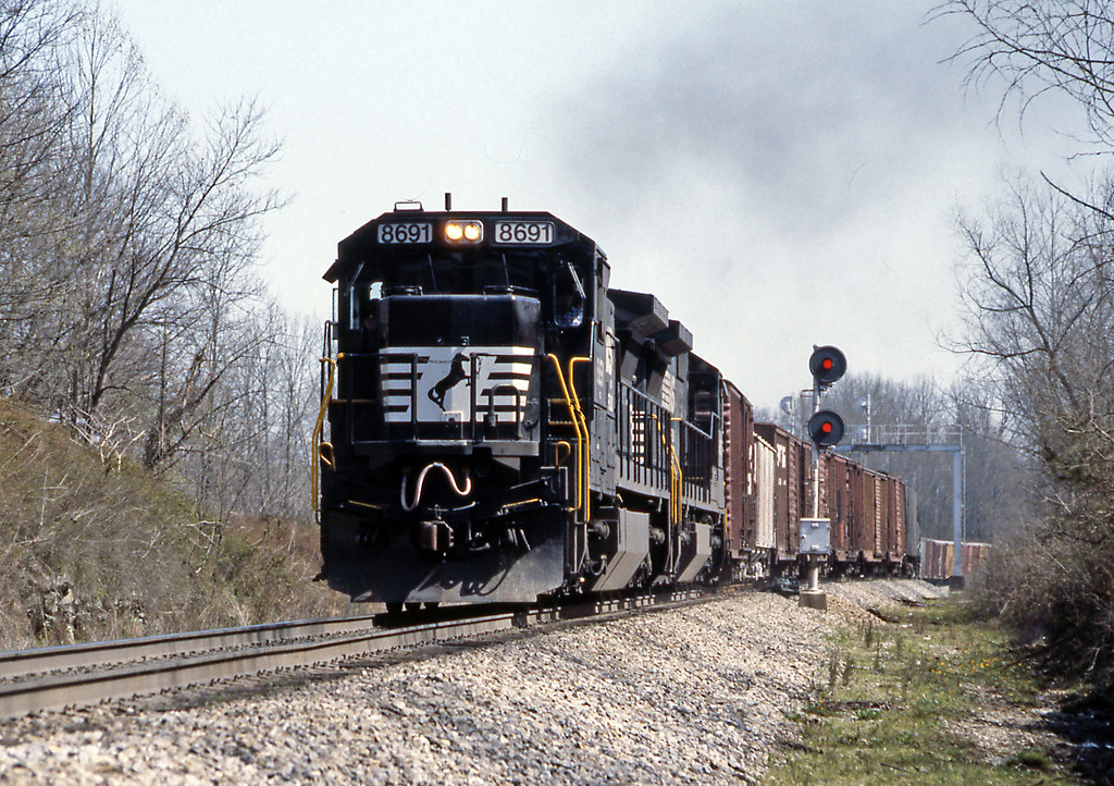 8691 is a C40-8. I really like this generation of GE power with the square profile. From Kings Mountain I headed back to New Albany, IN just over the Ohio River from Louisville, KY.